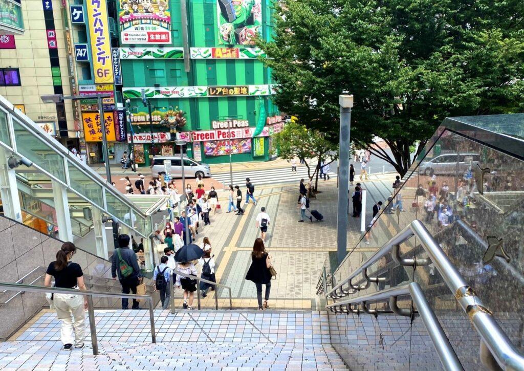 ビルケンシュトック新宿 アクセス 階段